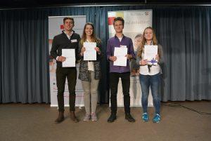Finalteilnehmerinnen und Finalteilnehmer in der Altersstufe 2, in der Mitte Kathrin Rau und Elias Weitz