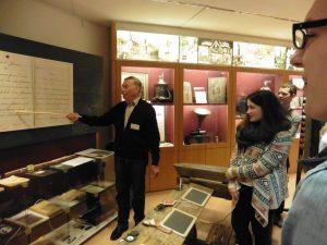 Herr Terkatz erläutert die deutsche Schrift