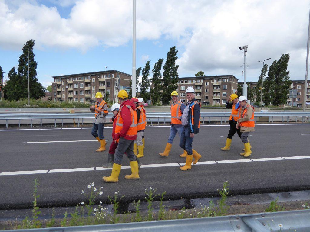 Foto2a_Gang über die gesperrte Autobahn