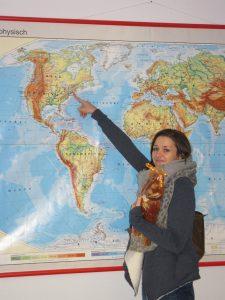 Katharina Ruten mit ihrem Weckmann als Schulpräsent für den Vortrag vor der Weltkarte